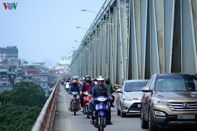 Đường phố Hà Nội đông nghịt người trong ngày thứ 15 cách ly xã hội - Ảnh 6.