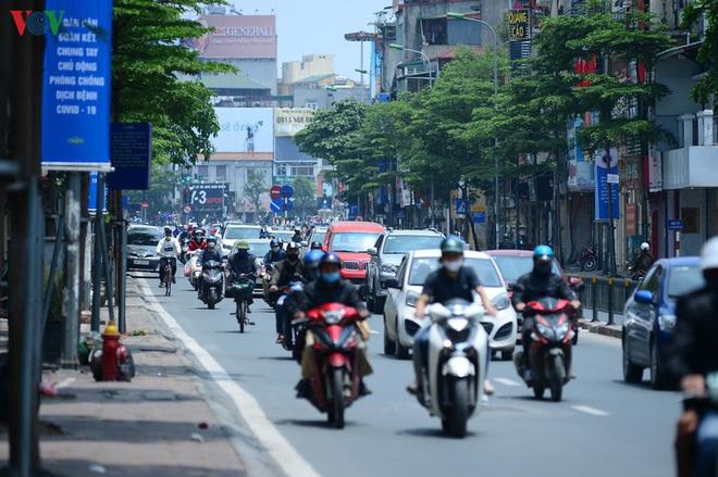 Đường phố Hà Nội đông nghịt người trong ngày thứ 15 cách ly xã hội - Ảnh 7.
