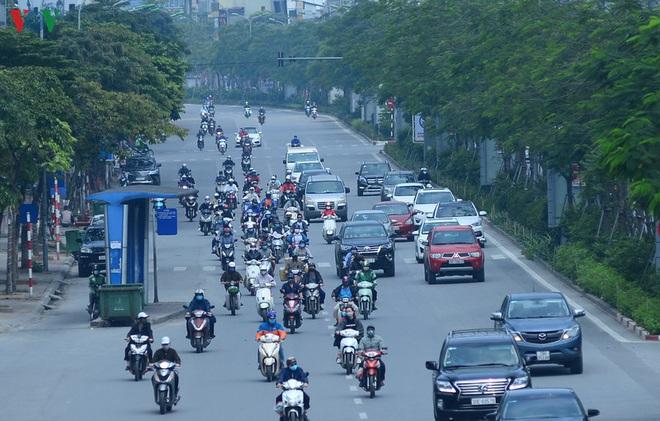 Đường phố Hà Nội đông nghịt người trong ngày thứ 15 cách ly xã hội - Ảnh 8.