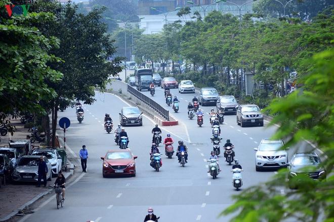 Đường phố Hà Nội đông nghịt người trong ngày thứ 15 cách ly xã hội - Ảnh 9.
