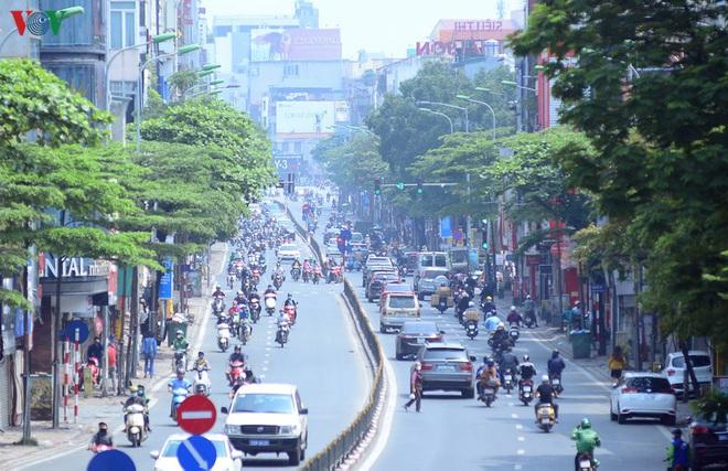 Đường phố Hà Nội đông nghịt người trong ngày thứ 15 cách ly xã hội - Ảnh 10.