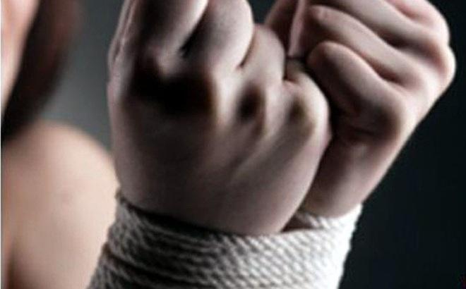 Hai thanh niên cắt song cửa rồi đột nhập, dùng súng khống chế cả gia đình 5 người cướp tài sản