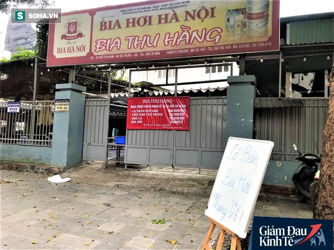 Sau cú sốc kép, quán nhậu nổi tiếng Hà Thành hé cửa bán bia cho khách mang về nhà - Ảnh 1.