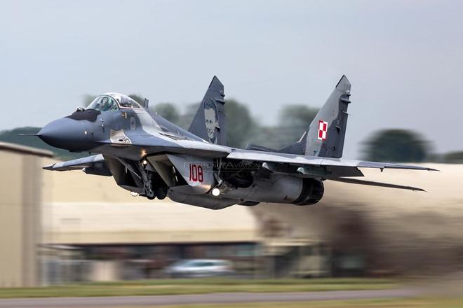 MiG-29 hộ tống Su-22, đối đầu với 4 F-16 NATO: Phi công Mỹ tiết lộ cảm giác săn đuổi - Ảnh 1.