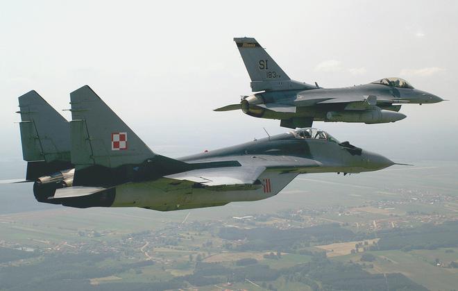 MiG-29 hộ tống Su-22, đối đầu với 4 F-16 NATO: Phi công Mỹ tiết lộ cảm giác săn đuổi - Ảnh 2.