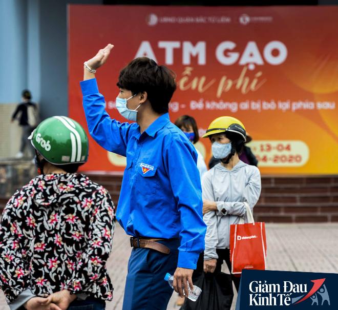 """Cây ATM gạo miễn phí ở Hà Nội: """"Mỗi ngày bớt đi mấy chục nghìn tiền gạo cũng đỡ 1 khoản lo"""" - Ảnh 2."""