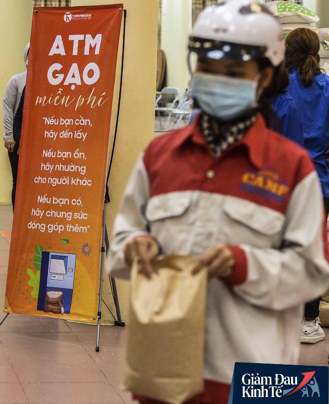 """Cây ATM gạo miễn phí ở Hà Nội: """"Mỗi ngày bớt đi mấy chục nghìn tiền gạo cũng đỡ 1 khoản lo"""" - Ảnh 3."""