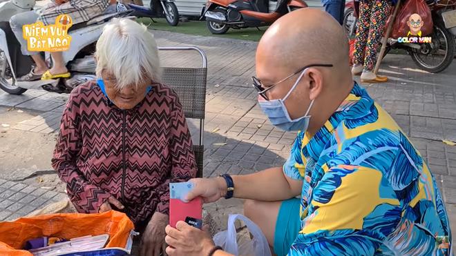 Việc làm gây xúc động của trùm Điền Quân Color Man khi gặp bà cụ mù bán hộp quẹt ven đường - Ảnh 5.
