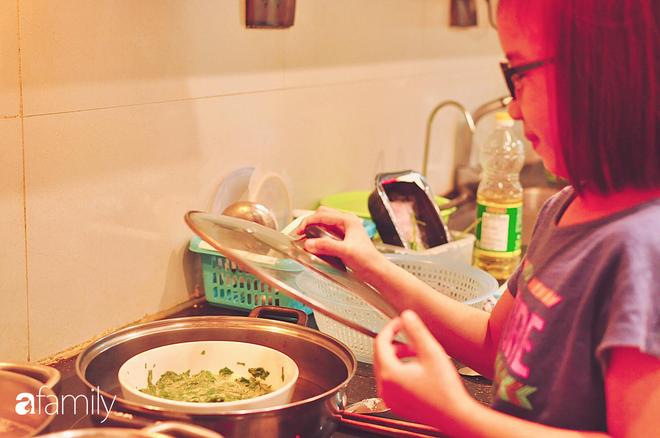 Bé gái ở Hà Nội cấp 1 đã biết đi chợ nấu cơm cùng mẹ, nấu được cả những món đến người lớn cũng lắc đầu lè lưỡi chịu thua - Ảnh 3.