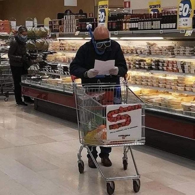 Những kiểu thời trang đi siêu thị độc đáo chỉ có ở thời đại cả xã hội chống dịch Covid-19 - Ảnh 2.
