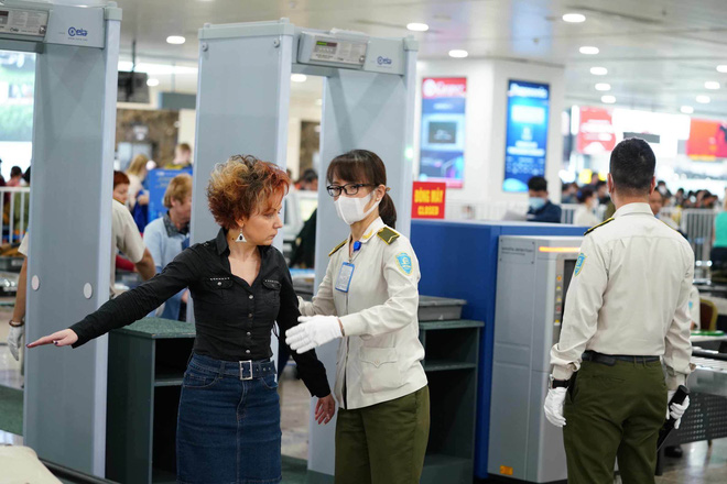 Cập nhật dịch Covid-19 ngày 3/4: Việt Nam ghi nhận 218 ca bệnh; Khoảng 500 người làm việc trực tiếp tại sân bay Nội Bài chưa được xét nghiệm Covid-19 - Ảnh 1.
