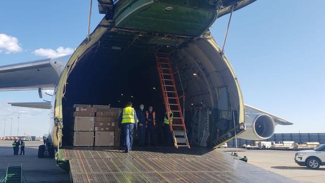 COVID-19: Siêu vận tải cơ quân sự An-124 Ruslan đã đưa hàng viện trợ Nga đến New York; Mỹ vượt 200.000 ca nhiễm - Ảnh 1.