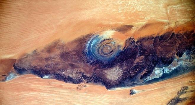 Đẹp độc lạ: Chiêm ngưỡng con mắt của Sahara- điều bí ẩn khiến các nhà khoa học mất ăn mất ngủ - Ảnh 1.
