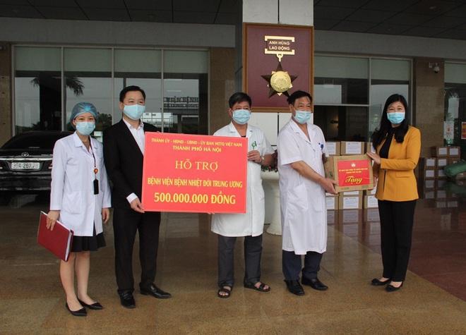 Hà Nội hỗ trợ Bệnh viện Bạch Mai và Bệnh viện Nhiệt đới Trung ương, mỗi viện 500 triệu đồng - Ảnh 2.