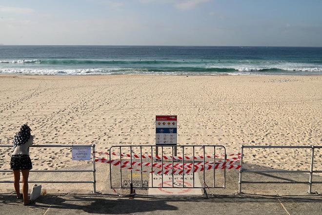 Bị yêu cầu rời khỏi bãi biển đang đóng cửa vì đại dịch Covid-19, người đàn ông Úc tấn công và nhổ nước bọt lên người cảnh sát - Ảnh 4.