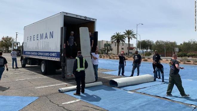 Thành phố Las Vegas chia ô trống cách nhau gần 2m trong bãi đỗ xe cho người vô gia cư ngủ trong mùa dịch Covid-19 - Ảnh 5.