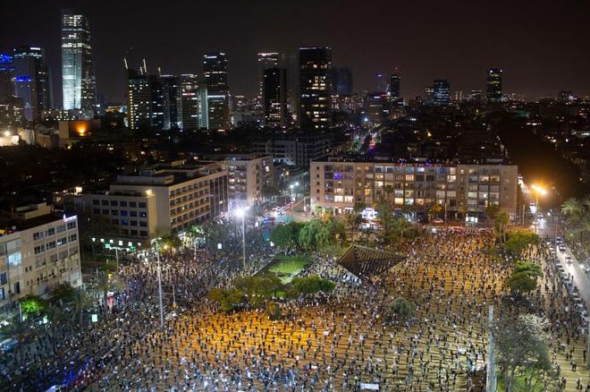 Cuộc biểu tình độc nhất vô nhị ở Israel: Tập trung hàng ngàn người nhưng vẫn không quên giãn cách xã hội - Ảnh 3.