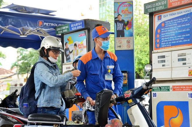 Giá dầu thế giới âm 40 USD/thùng, giá xăng trong nước có giảm mạnh? - Ảnh 1.