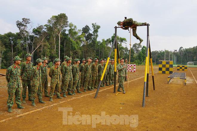Xem tân binh tập luyện dưới nắng nóng 40 độ C  - Ảnh 1.