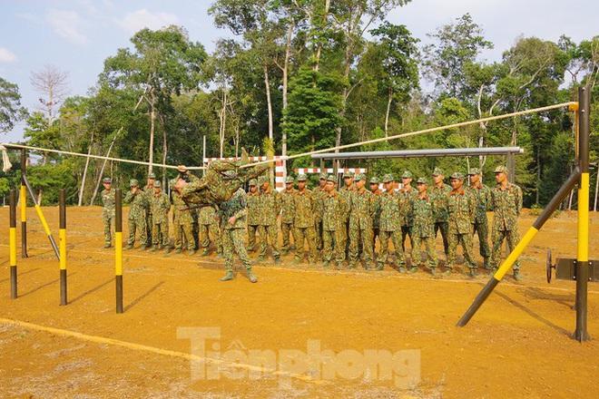 Xem tân binh tập luyện dưới nắng nóng 40 độ C  - Ảnh 2.