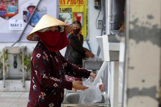TP.HCM giảm thu nhập tăng thêm năm 2020 của cán bộ công chức để hỗ trợ người gặp khó khăn do dịch COVID-19; Dỡ bỏ cách ly một thôn ở tỉnh Hà Nam - Ảnh 1.