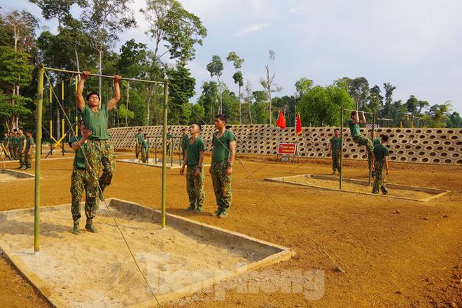 Xem tân binh tập luyện dưới nắng nóng 40 độ C  - Ảnh 3.