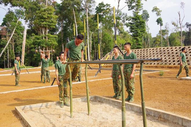 Xem tân binh tập luyện dưới nắng nóng 40 độ C  - Ảnh 5.