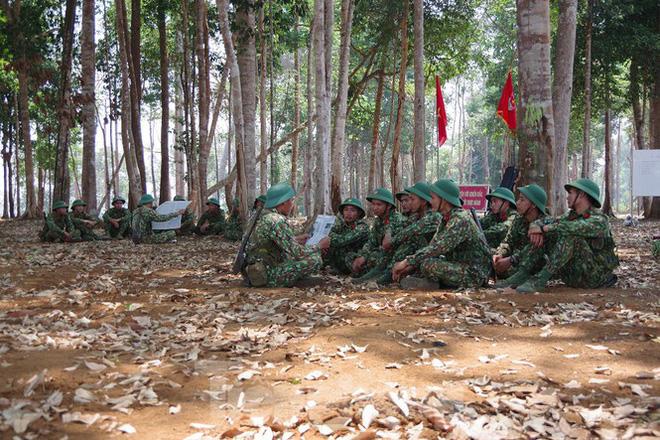 Xem tân binh tập luyện dưới nắng nóng 40 độ C  - Ảnh 9.