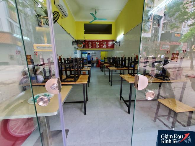 Nới lỏng cách ly xã hội, hàng quán Hà Nội nhộn nhịp dọn dẹp chờ tái xuất - Ảnh 2.