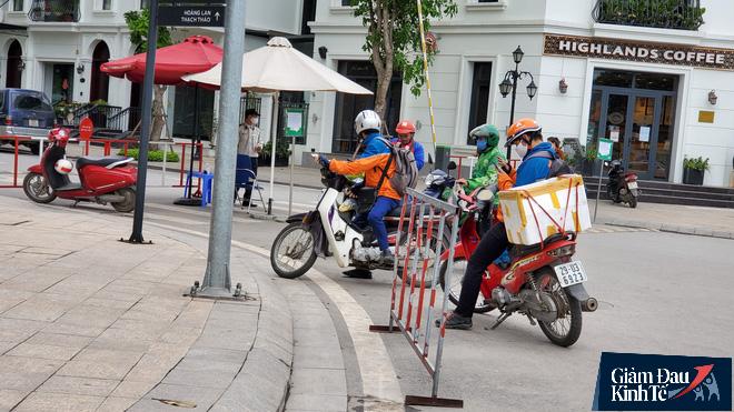 Nới lỏng cách ly xã hội, hàng quán Hà Nội nhộn nhịp dọn dẹp chờ tái xuất - Ảnh 11.