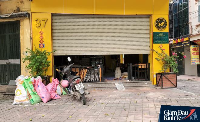 Nới lỏng cách ly xã hội, hàng quán Hà Nội nhộn nhịp dọn dẹp chờ tái xuất - Ảnh 7.