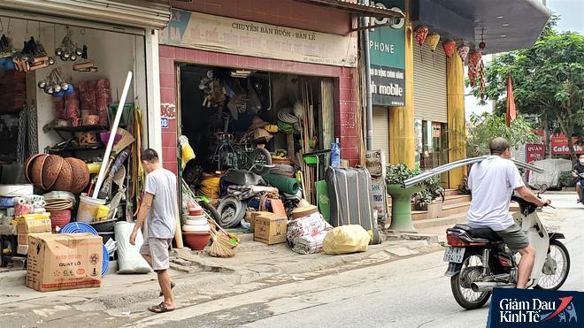 Nới lỏng cách ly xã hội, hàng quán Hà Nội nhộn nhịp dọn dẹp chờ tái xuất - Ảnh 10.