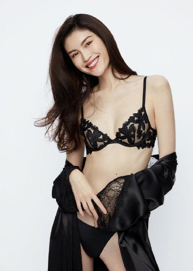 Thiên thần Victorias Secret gốc Trung diện nội y khoe hình thể bốc lửa - Ảnh 1.