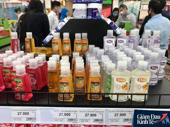 Hết thời chen lấn, khẩu trang và nước rửa tay giảm giá chất đầy kệ  - Ảnh 1.