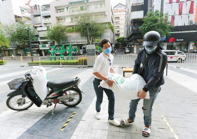 MC Nguyên Khang kêu gọi được hơn 11 tấn gạo giúp đỡ người nghèo - Ảnh 3.