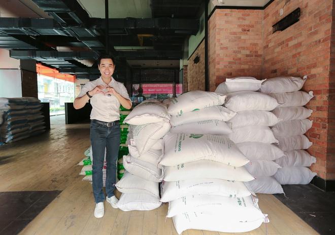 MC Nguyên Khang kêu gọi được hơn 11 tấn gạo giúp đỡ người nghèo - Ảnh 1.