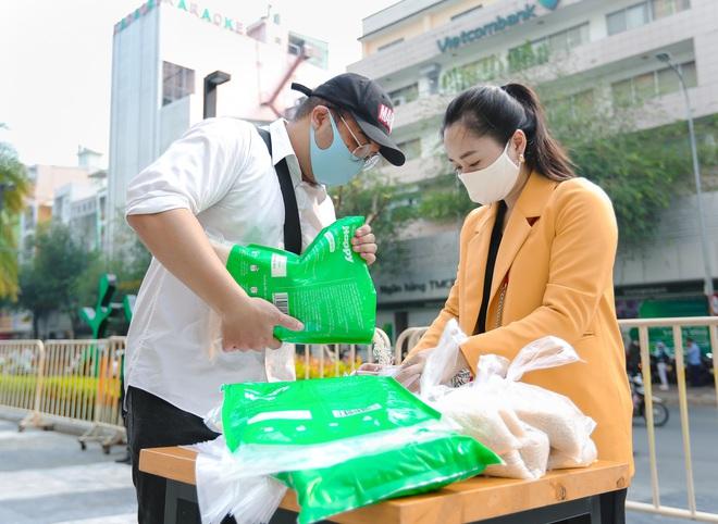 MC Nguyên Khang kêu gọi được hơn 11 tấn gạo giúp đỡ người nghèo - Ảnh 8.