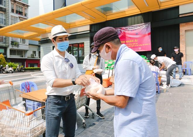 MC Nguyên Khang kêu gọi được hơn 11 tấn gạo giúp đỡ người nghèo - Ảnh 9.