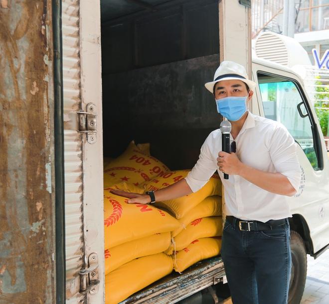 MC Nguyên Khang kêu gọi được hơn 11 tấn gạo giúp đỡ người nghèo - Ảnh 2.