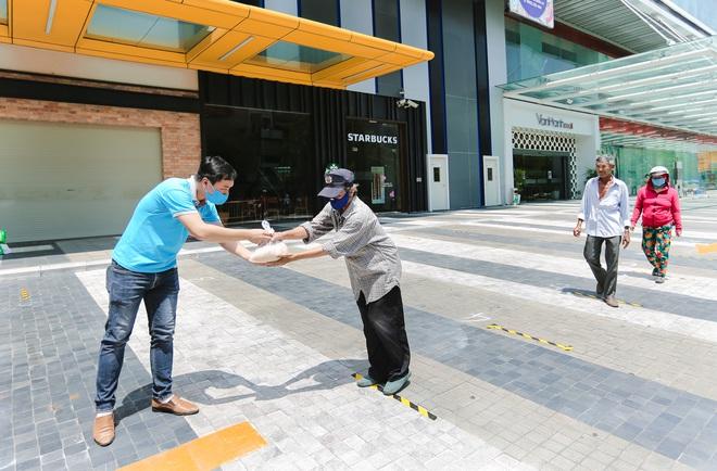 MC Nguyên Khang kêu gọi được hơn 11 tấn gạo giúp đỡ người nghèo - Ảnh 6.
