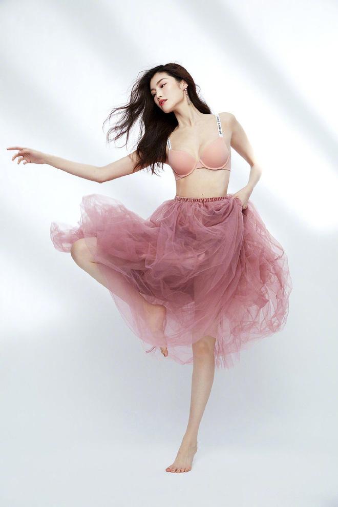 Thiên thần Victorias Secret gốc Trung diện nội y khoe hình thể bốc lửa - Ảnh 9.