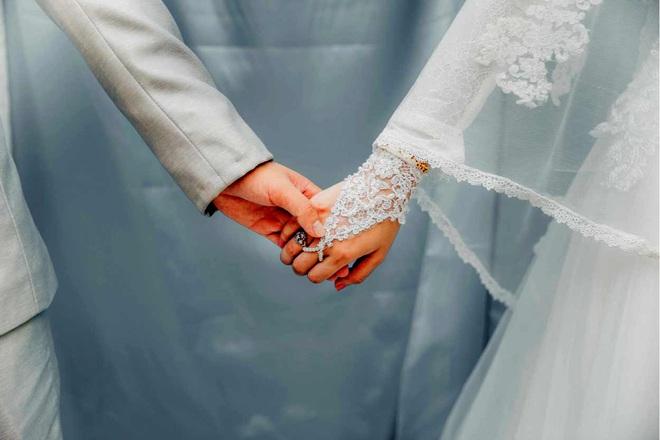 Có 2 người cầu hôn, cô gái chọn người giàu song hành động của chú rể vào ngày cưới khiến cô đổi ý - Ảnh 1.