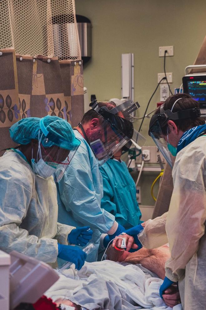 Tường trình từ tâm dịch New York: Bác sĩ dùng đến tia hy vọng cuối cùng, 4/5 người vẫn không qua khỏi - Ảnh 9.