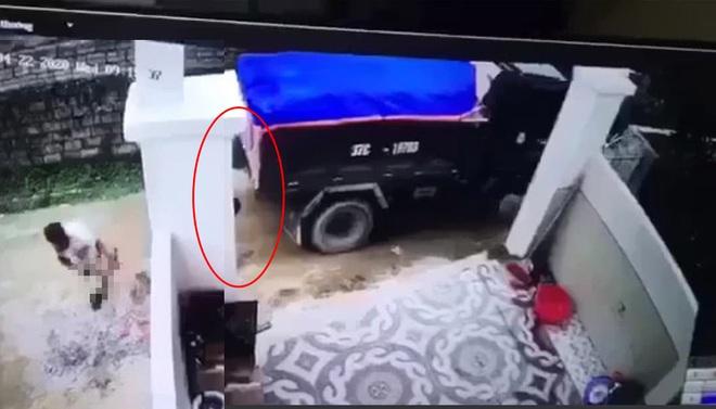 Khởi tố tài xế lùi xe cán chết bé trai rồi đem giấu xác - Ảnh 2.