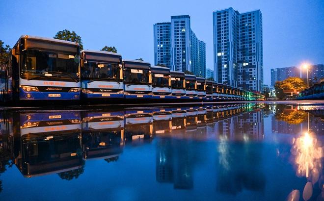 [ẢNH] Vẻ đẹp của gần 200 xe buýt tập kết về bến xếp hàng trong đêm