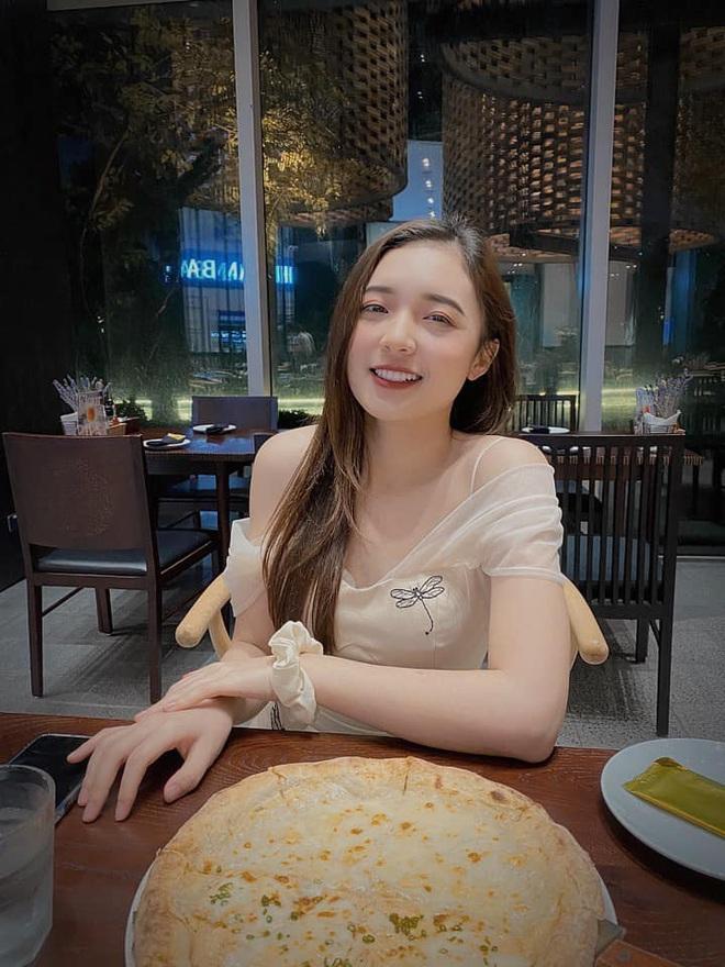 Hình ảnh ngoài đời dễ thương của nữ MC trẻ tuổi nhất VTV, chỉ cao 1m50 nhưng vẫn xinh xắn không thua hoa hậu - Ảnh 26.