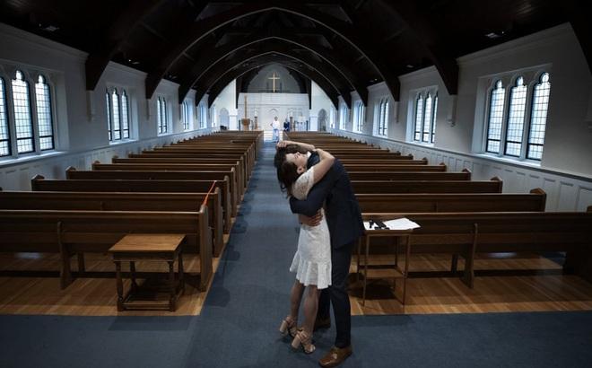 7 ngày qua ảnh: Cặp đôi ôm nhau sau lễ cưới trong nhà thờ trống vắng