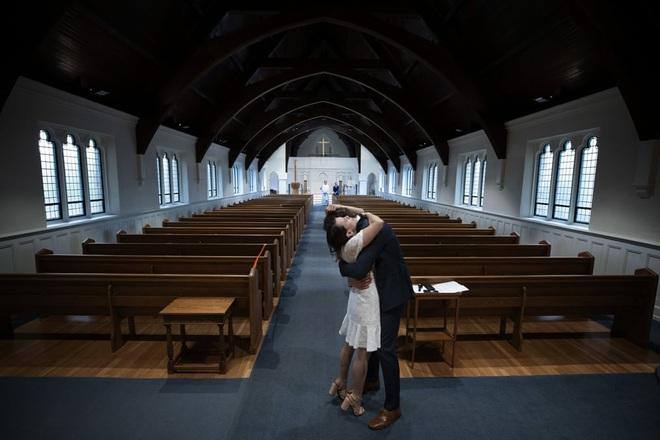 7 ngày qua ảnh: Cặp đôi ôm nhau sau lễ cưới trong nhà thờ trống vắng - Ảnh 2.