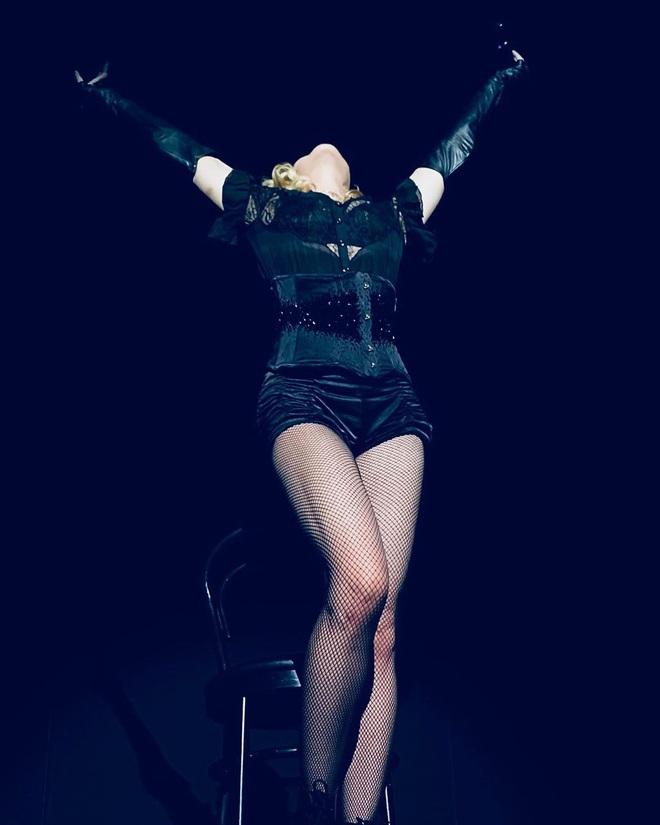 Nhan sắc Madonna ở tuổi 62 và chuyện tình với phi công kém 36 tuổi - Ảnh 13.