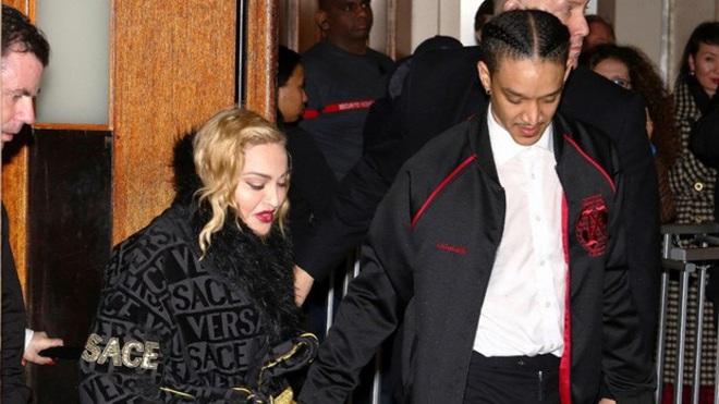 Nhan sắc Madonna ở tuổi 62 và chuyện tình với phi công kém 36 tuổi - Ảnh 5.